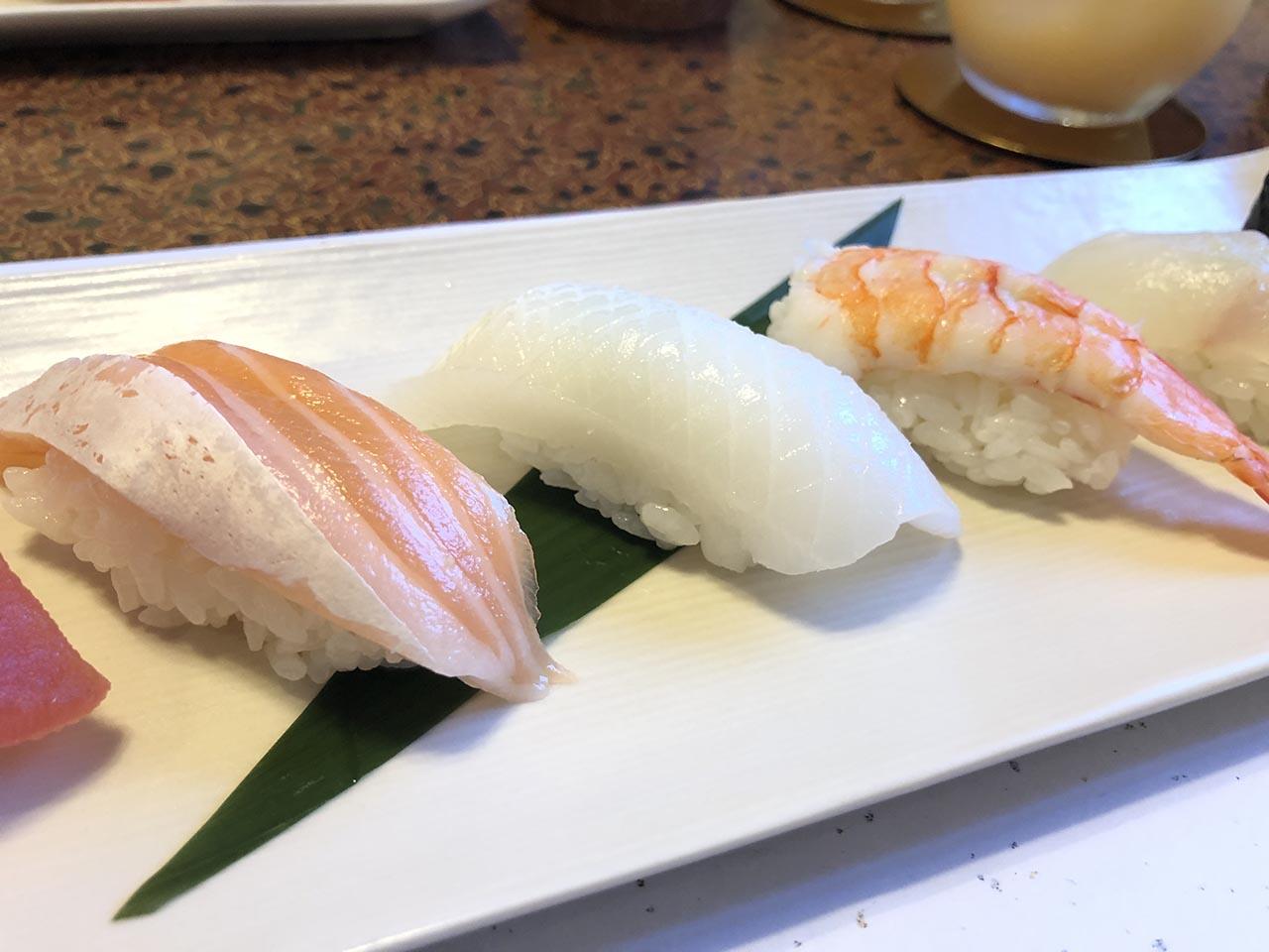 鮨幸のお寿司ランチのサーモン、イカ、エビ