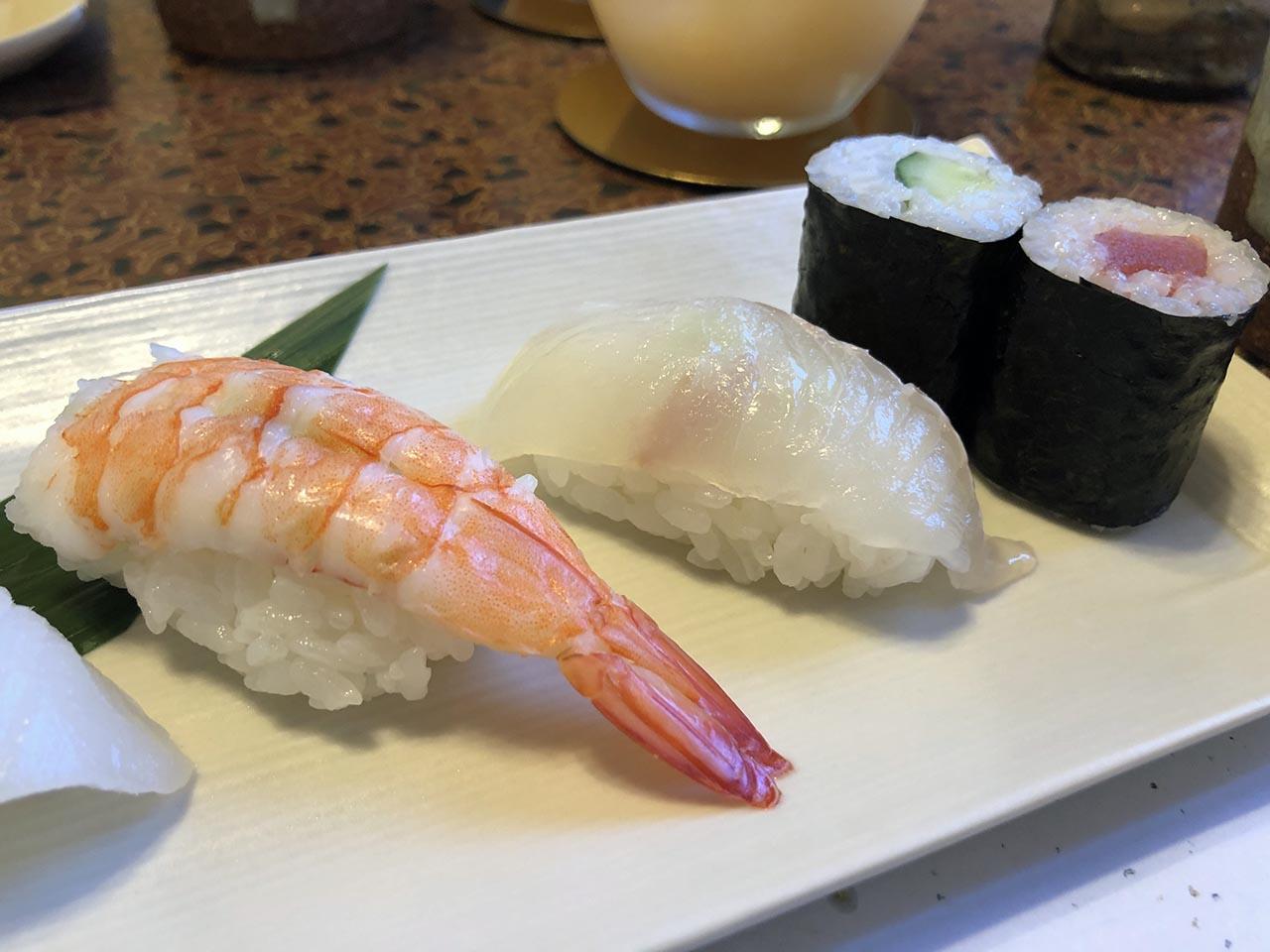 鮨幸のお寿司ランチのエビ、ひらめ、河童巻き、鉄火巻き