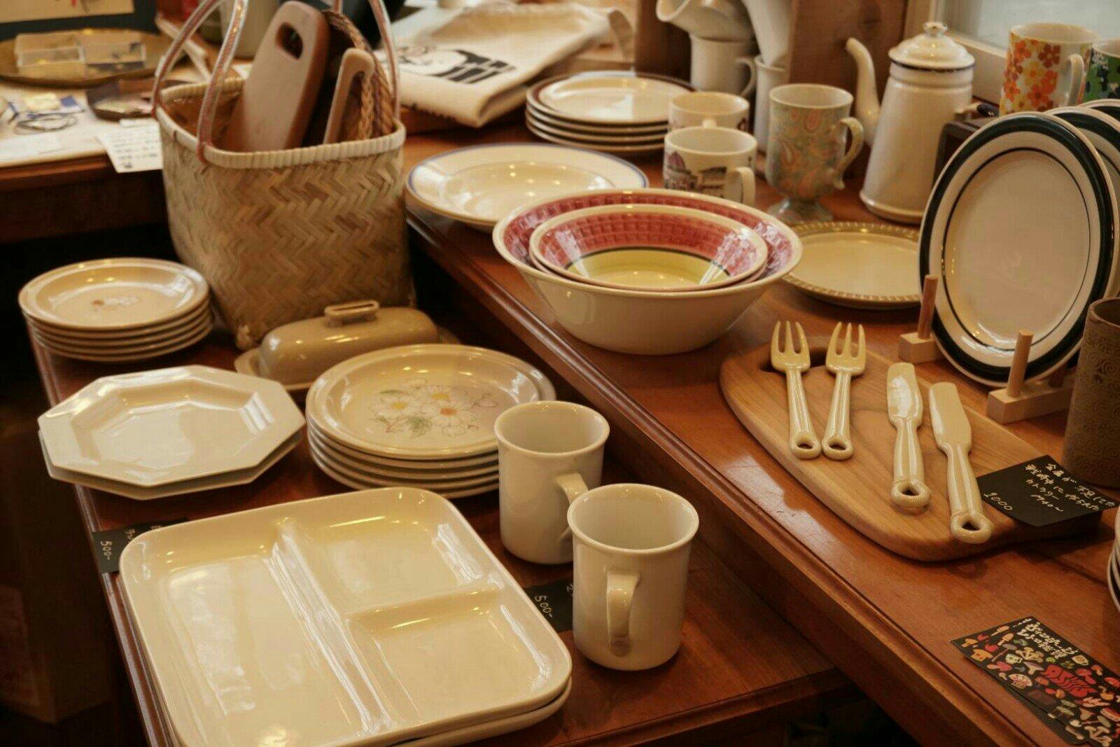 キュルティヴァトゥール店内のアンティーク雑貨と食器