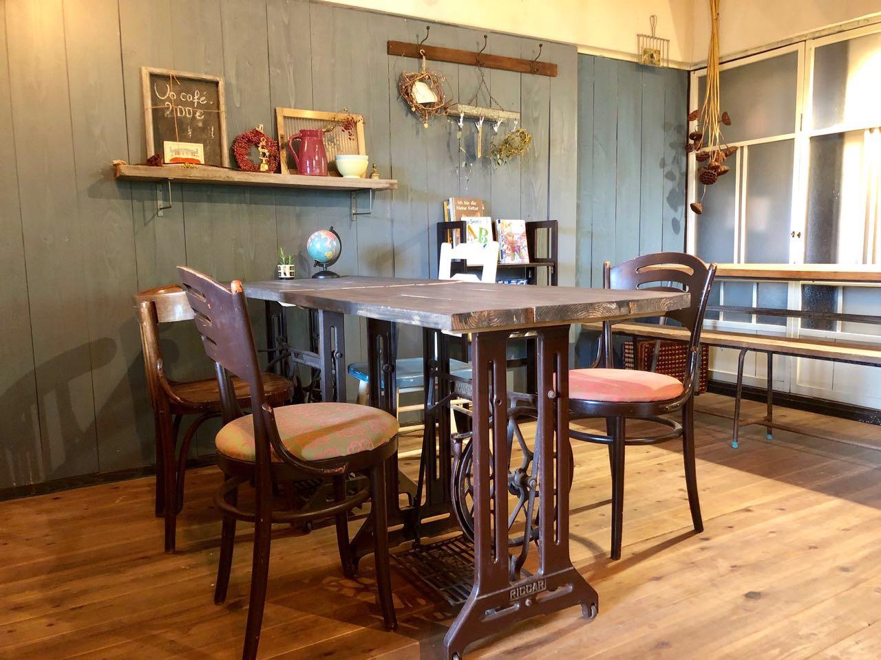 ハリスカフェのアンティークなテーブルとイス