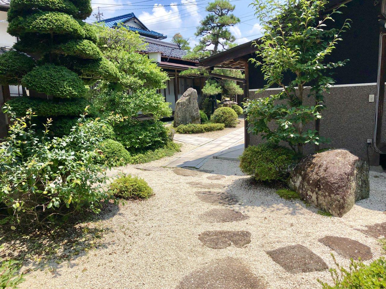 岩村駅前の食事処、割烹かわいの会席個室の庭園