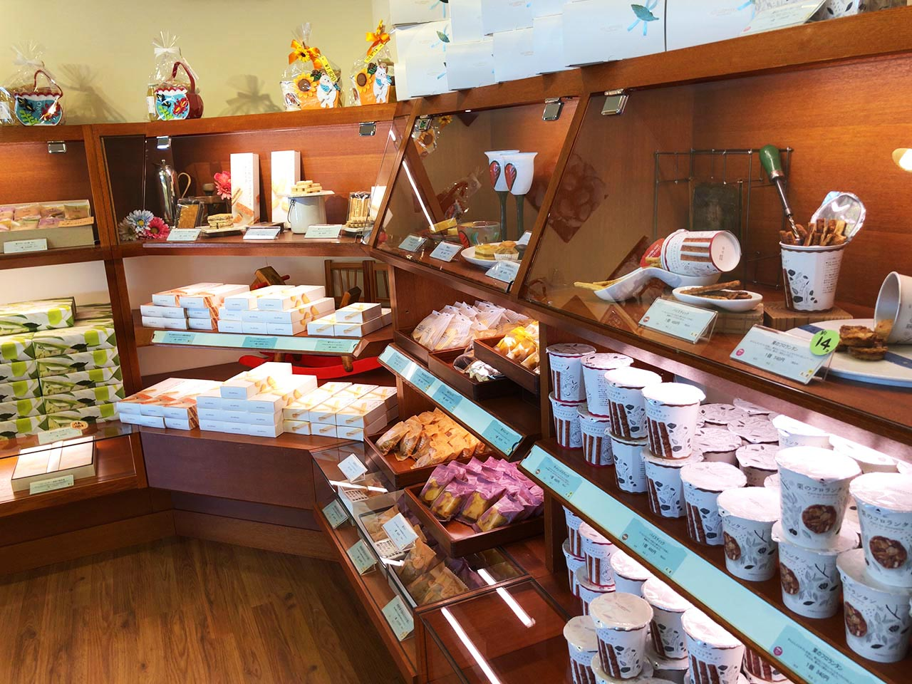青い山脈をイメージした恵那川上屋中央店の一番奥