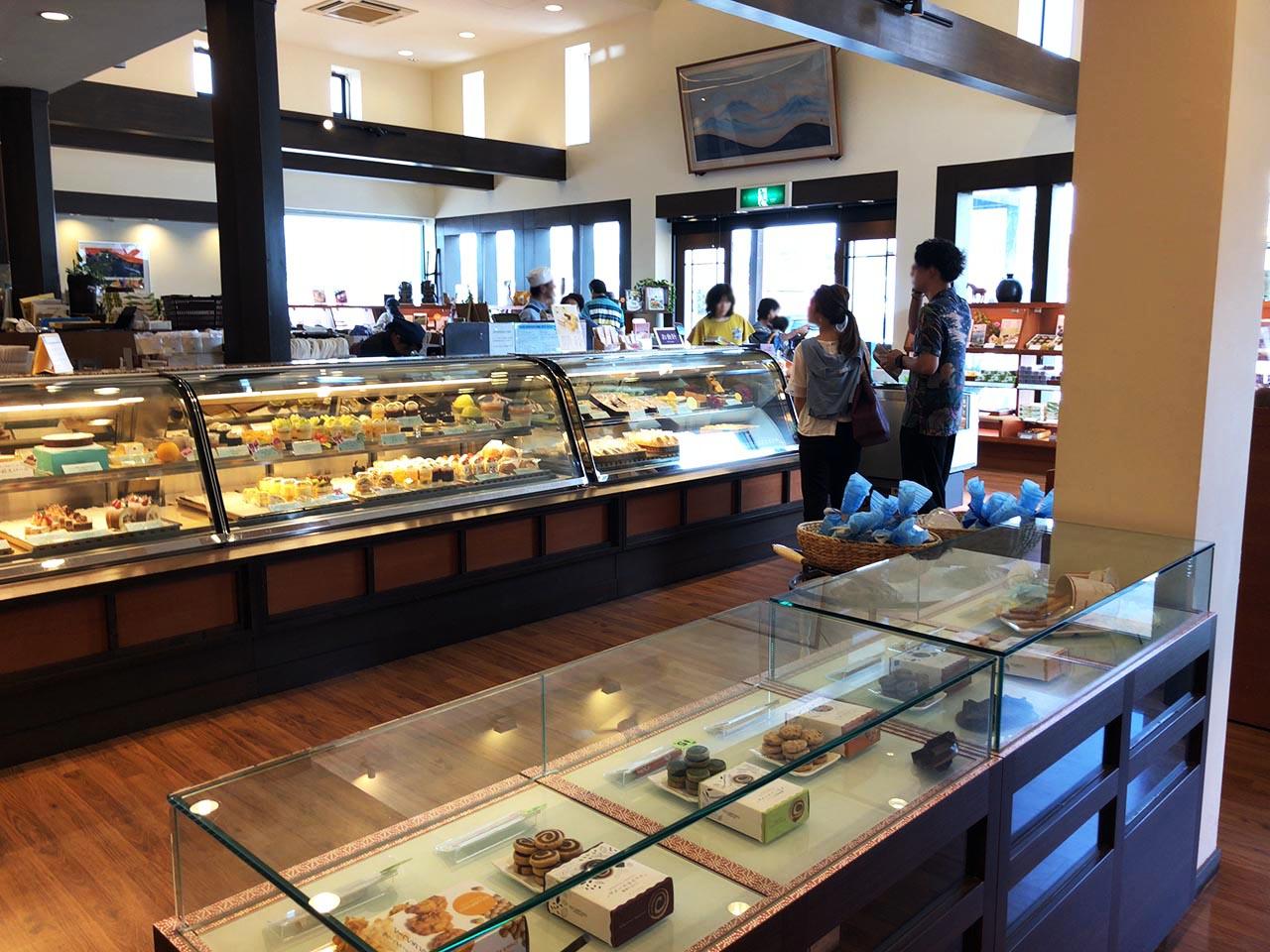青い山脈をイメージした恵那川上屋中央店のケーキ