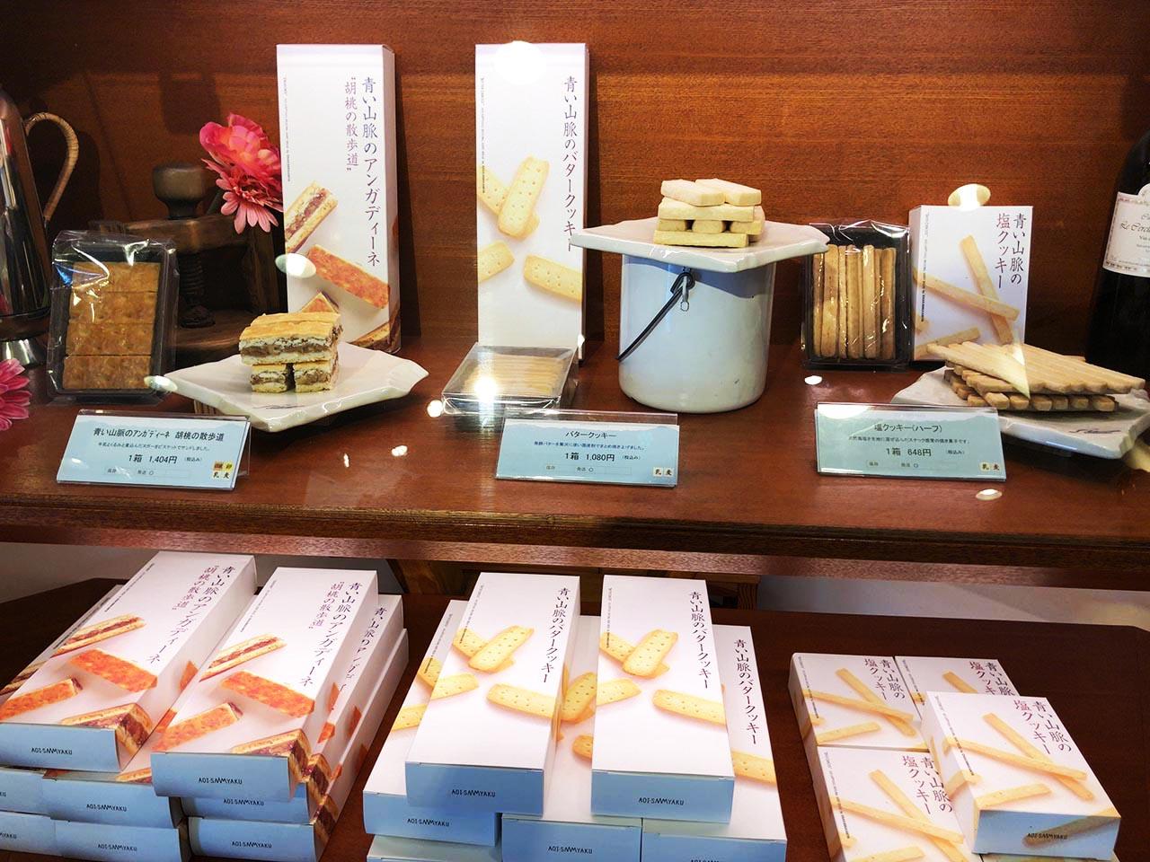 青い山脈をイメージした恵那川上屋中央店の青い山脈バタークッキー