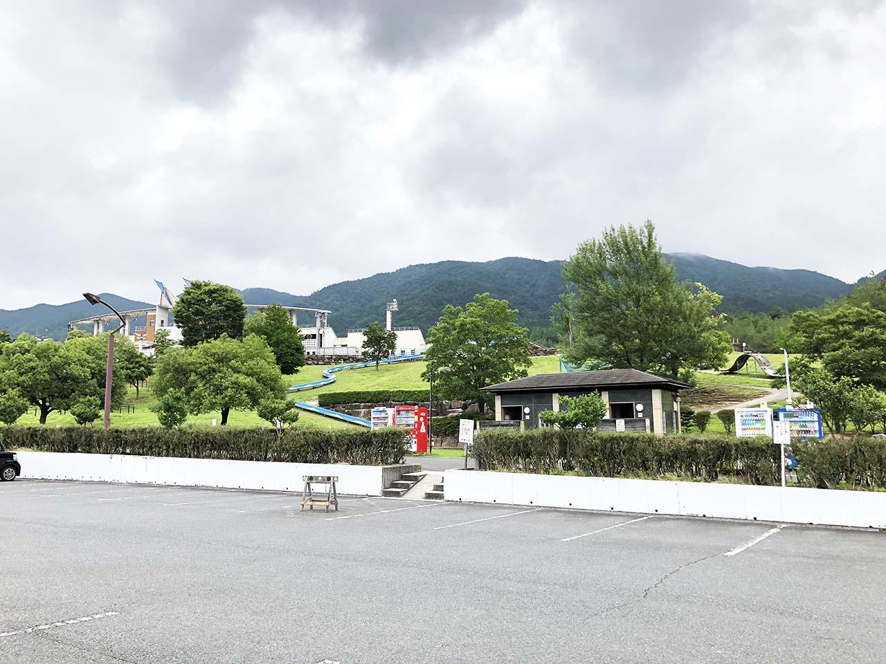 中津川公園の第2駐車場から遊具広場