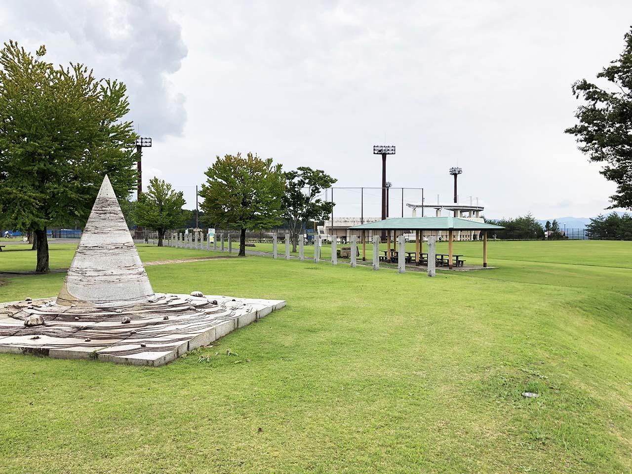 子供と遊ぶ公園中津川市の中津川公園の多目的芝生広場の休憩所