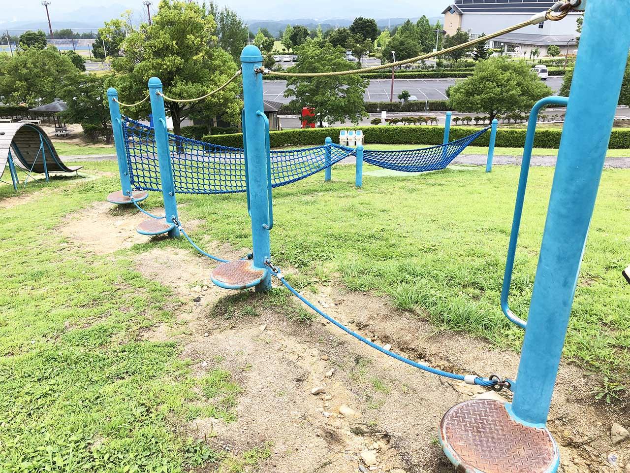 子供と遊ぶ公園中津川市の中津川公園の遊具広場ロープ渡り