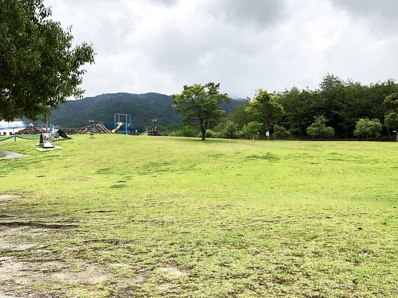 子供と遊ぶ公園中津川市の中津川公園の遊具広場芝生