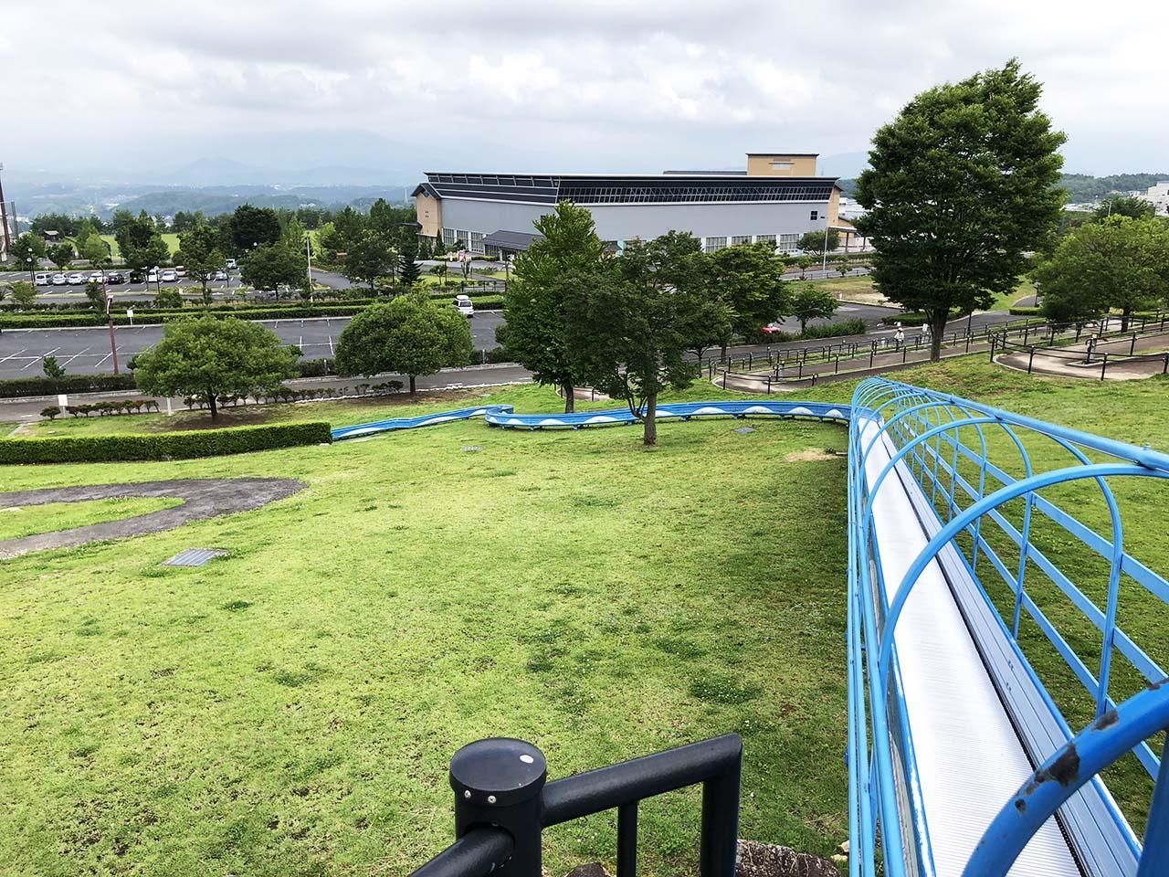 子供と遊ぶ公園中津川市の中津川公園の遊具広場ローラー滑り台2