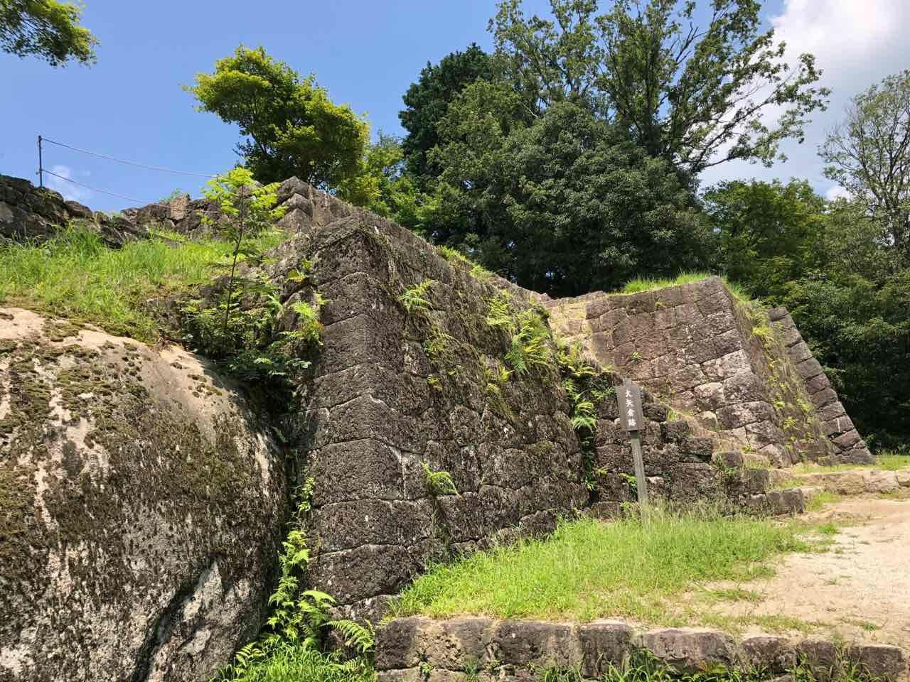 中津川の苗木城跡の石