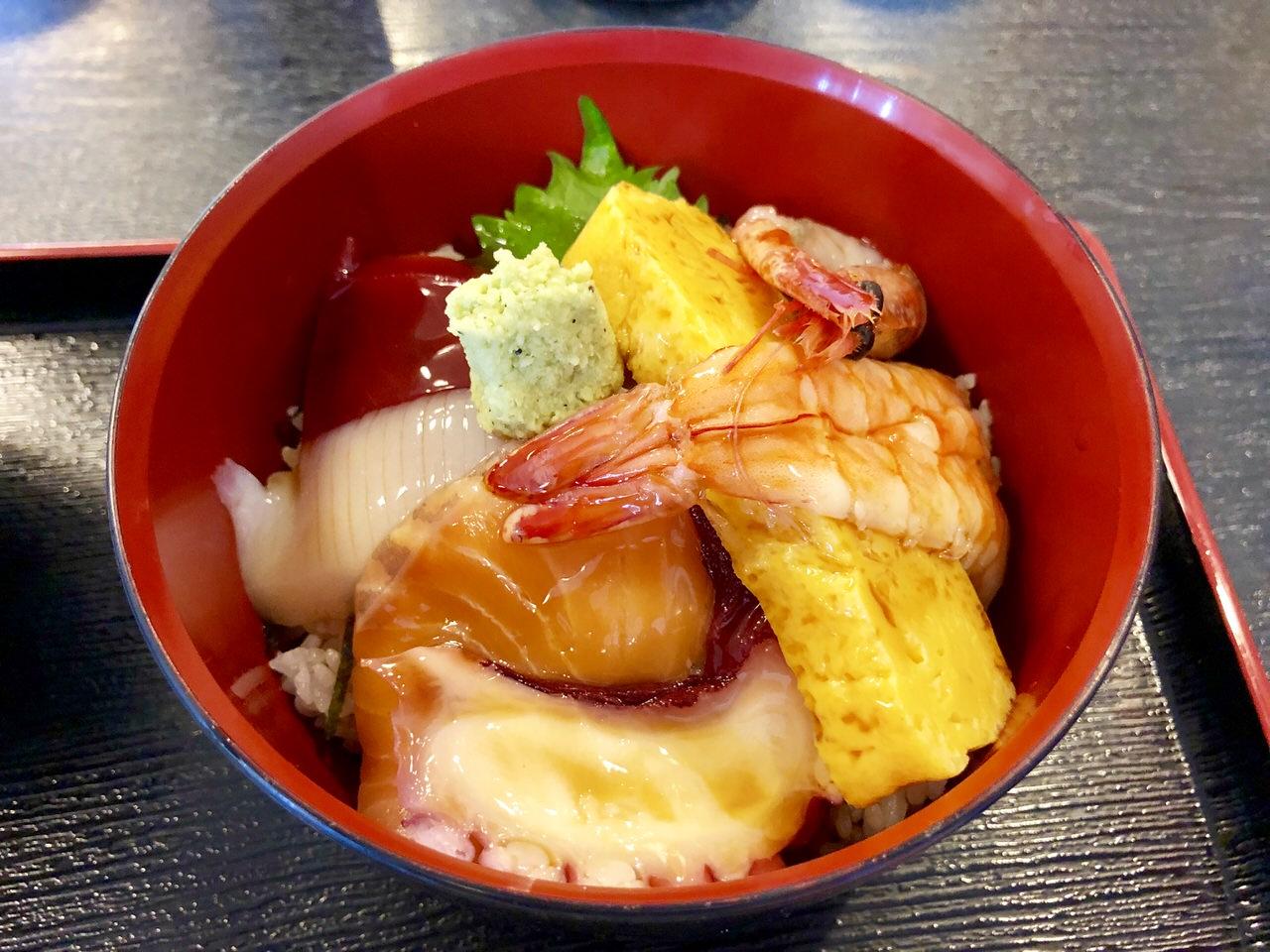 伸の海鮮丼のアップ