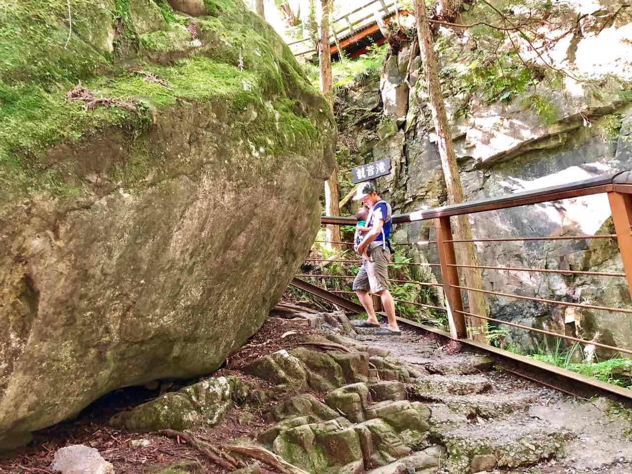 観音滝の周りの大きな岩