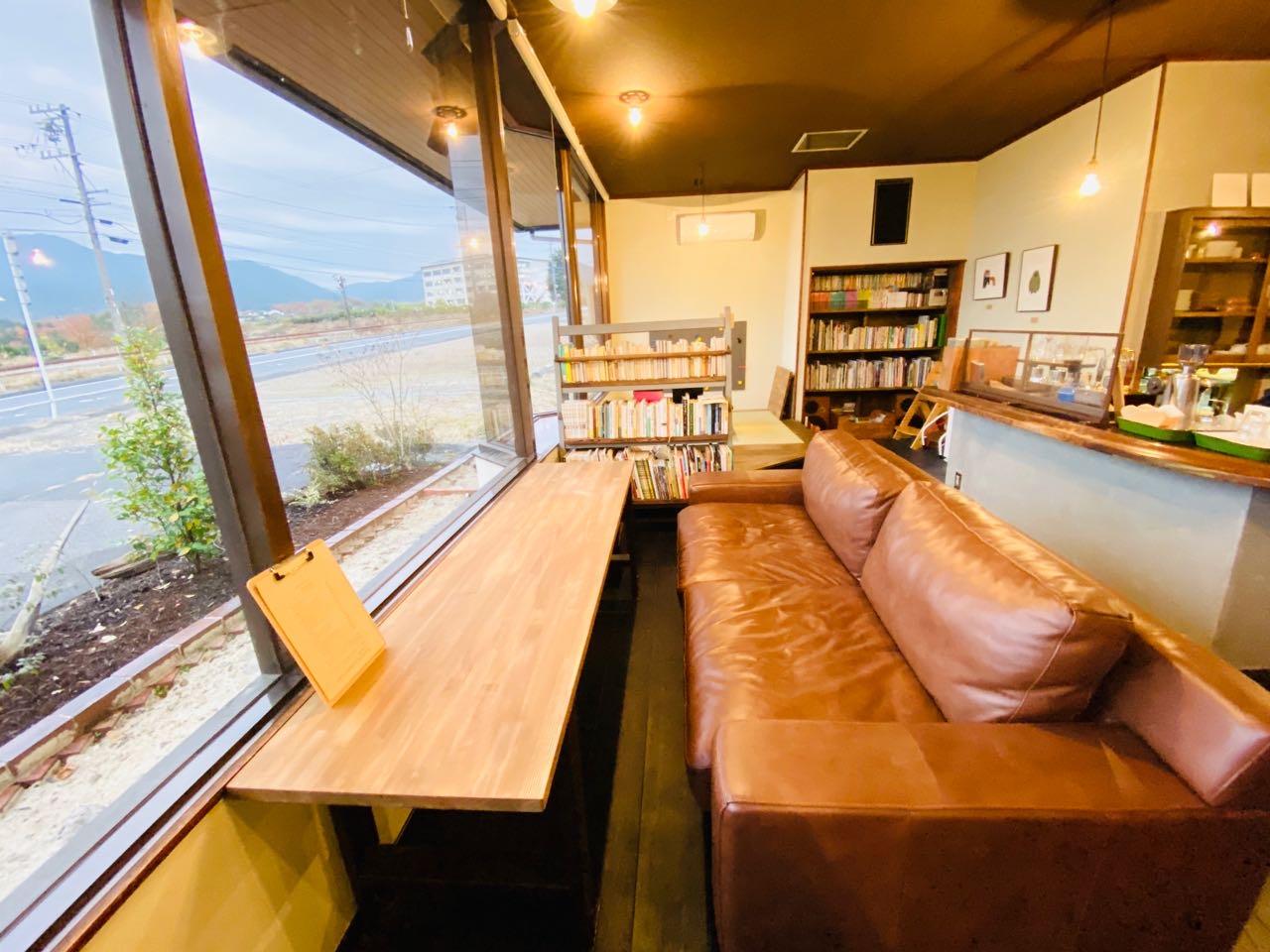 外を眺めながらカフェ